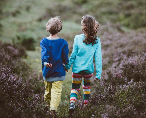 To barn leier hverandre på tur