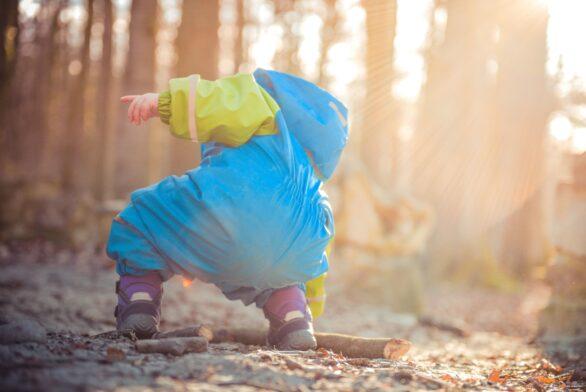 Et barn som leker